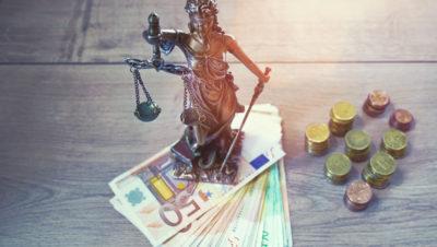 Figur Justizia steht auf Geldscheinen