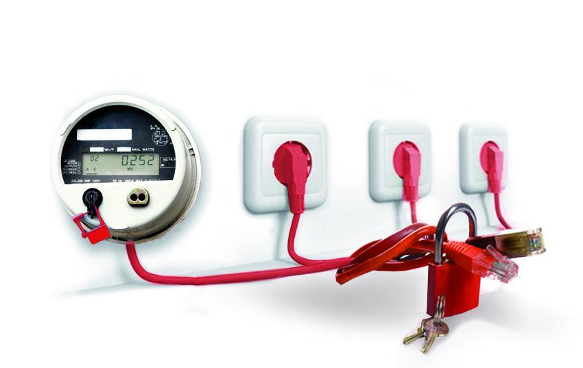 Drei Steckdosen und ein Stromzähler verbunden mit Kabel. Dazwischen ist ein Vorhängeschloss