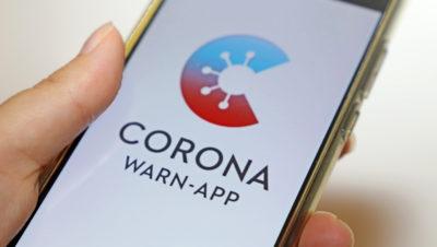 Handy mit der Corona Warn-App